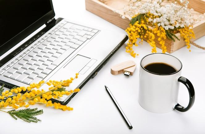 Conjunto de trabajo para las vacaciones de primavera con flores y unidad flash de la oficina portátil