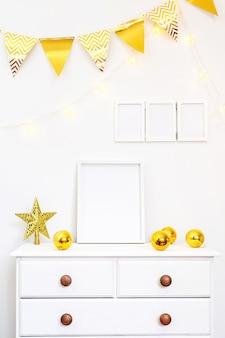 Conjunto de decoración para el hogar blanca con marcos de fotos, esferas doradas y una estrella