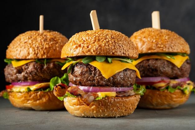 Un conjunto de deliciosas hamburguesas caseras.