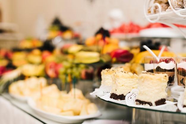 Conjunto de deliciosos pasteles en una mesa
