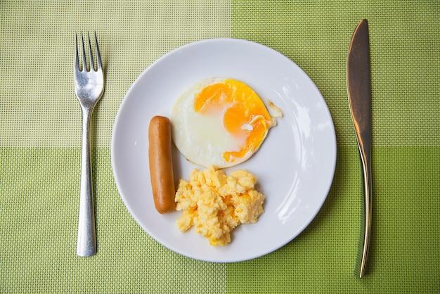 Conjunto de desayuno de salchicha con huevo - concepto de comida de desayuno