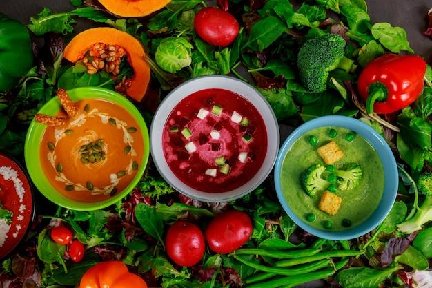 Conjunto diferente de sopas vegetales de varios colores.