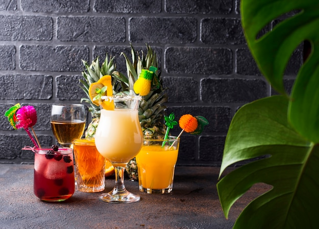Conjunto de diferentes cócteles de verano.