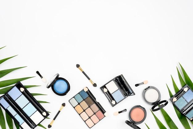 Conjunto de diferentes cosméticos con copia espacio sobre fondo blanco.