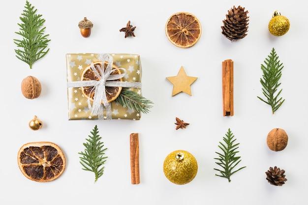 Conjunto de diferentes decoraciones navideñas.
