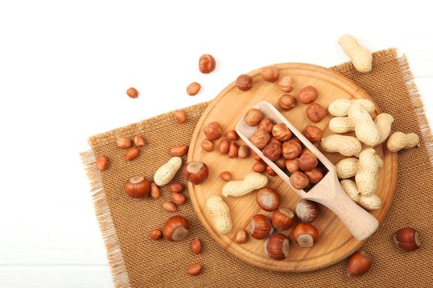 Un conjunto de diferentes frutos secos en la mesa.