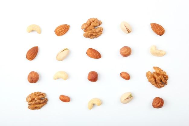 Conjunto de diferentes frutos secos sobre un fondo claro