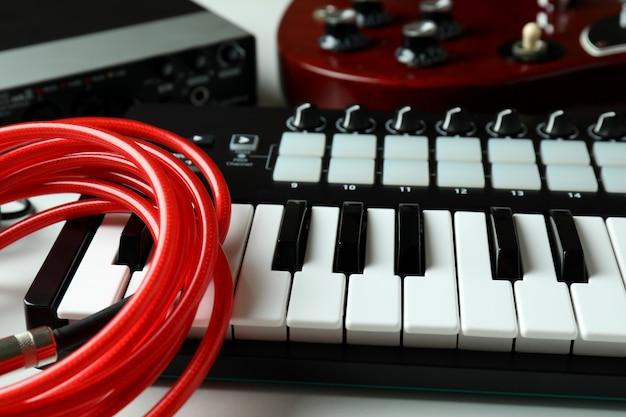 Conjunto de diferentes instrumentos musicales sobre fondo blanco.