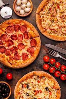 Conjunto de diferentes pizzas: pepperoni, vegetariana, pollo con verduras