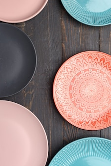 Conjunto de diferentes platos en una mesa de madera oscura. vista superior.