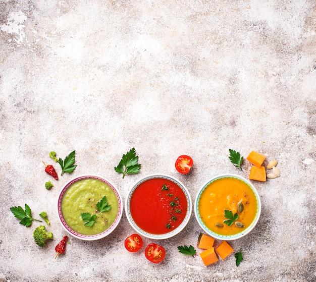 Conjunto de diferentes sopas de crema de verduras