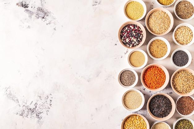 Conjunto de diferentes superalimentos: granos integrales, frijoles y legumbres, semillas y nueces