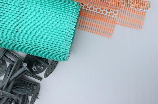Un conjunto de elementos de construcción para el aislamiento de paredes.