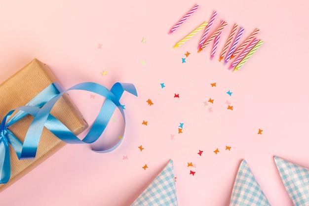 Conjunto de elementos de cumpleaños sobre fondo rosa