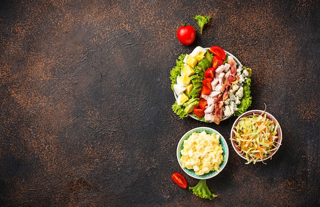 Conjunto de ensaladas americanas tradicionales.