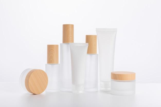 Conjunto de envases y botellas para el cuidado de la piel.