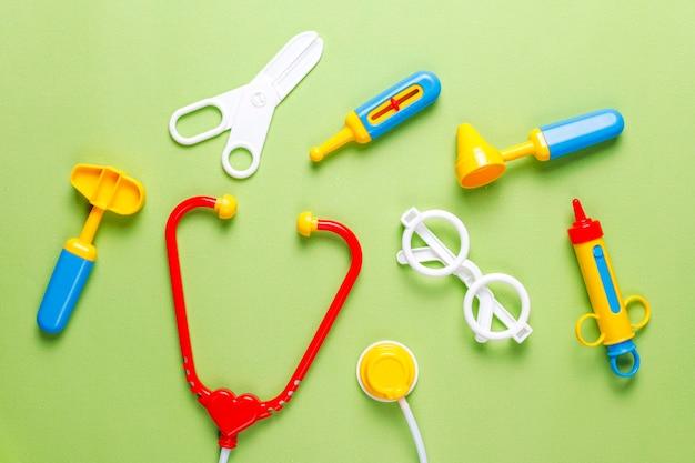 Conjunto de equipo médico de juguete.
