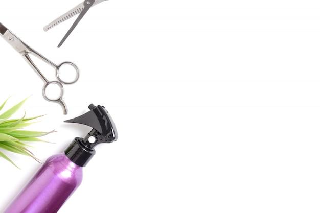 Conjunto de equipos de herramientas de peluquería profesional sobre fondo blanco