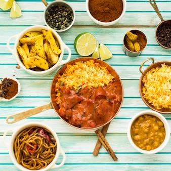 Conjunto de especias y comida alrededor de plato de limón y arroz