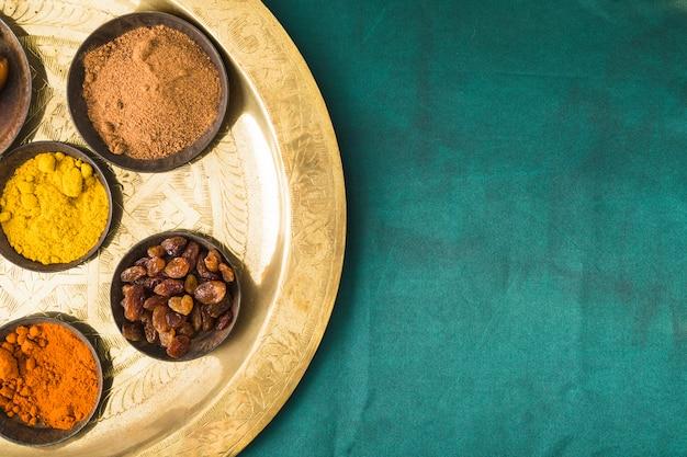 Conjunto de especias y frutos secos en bandeja.