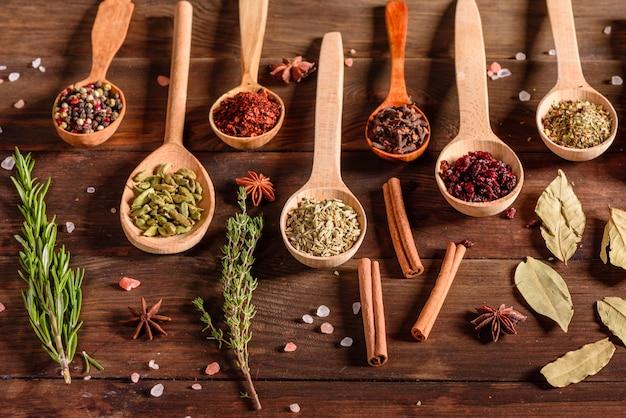 Un conjunto de especias y hierbas. cocina india. pimienta, sal, pimentón, albahaca y otros. vista superior.