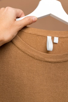 Conjunto con etiqueta de ropa en percha