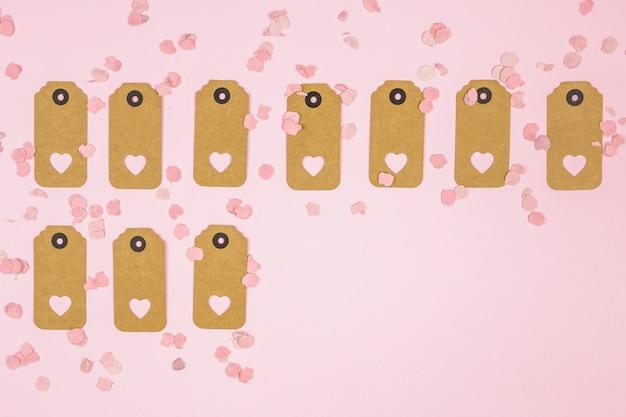 Conjunto de etiquetas con corazones decorativos entre confeti.