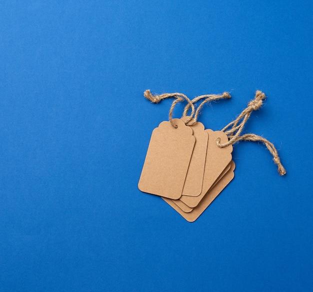 Conjunto de etiquetas rectangulares marrones de papel vacías con cuerdas