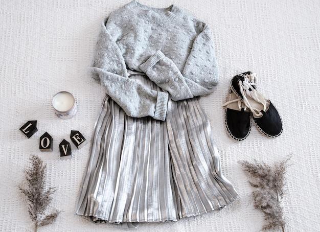 Conjunto con falda y suéter de ropa de mujer de moda, sandalias y accesorios.