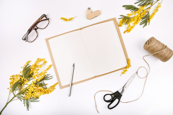 Conjunto festivo de primavera decorado con flores bloc de notas de mimosa vasos de unidad flash tijeras de cuerda