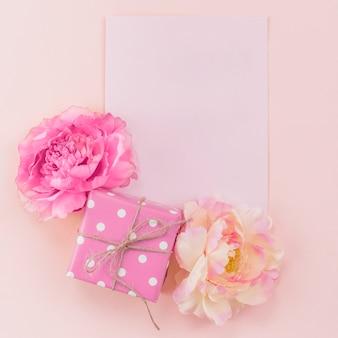 Conjunto festivo de postal, peonías y caja de regalo.