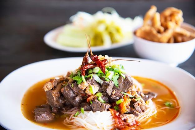 Conjunto de fideos estilo tailandés del norte picante - concepto de comida tailandesa
