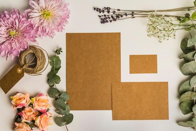 Conjunto floral de cartón