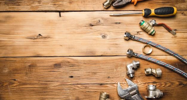 Conjunto de fontanería y herramientas en la madera.