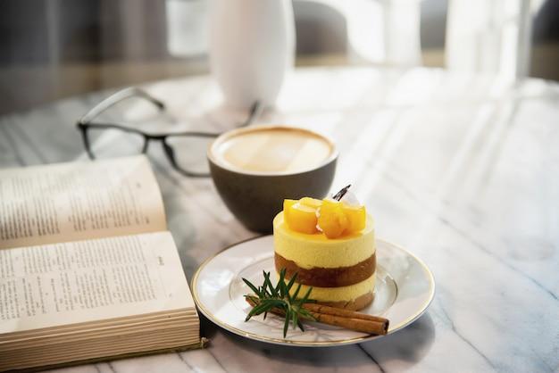 Conjunto fresco hermoso de la taza de café de la mañana de la relajación