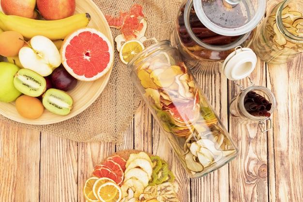 Conjunto de fruta deshidratada y fruta fresca