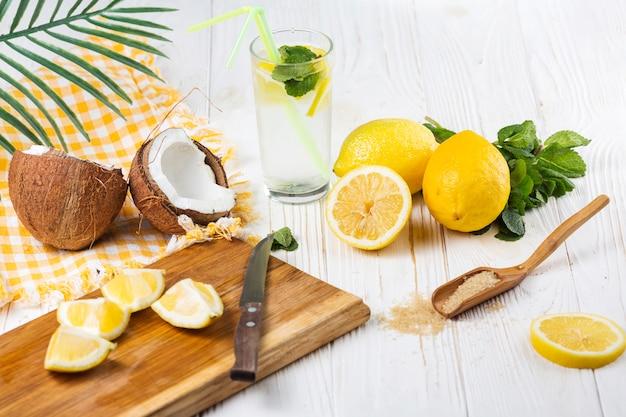 Conjunto de frutas y artículos para preparar bebida.