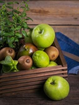 Conjunto de frutos verdes para una dieta sana y desintoxicante: manzana, lima, kiwi, mango, carambola y menta