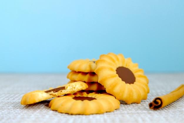 Conjunto de galletas y canela en la mesa, galletas de chocolate, panadería sobre fondo vintage