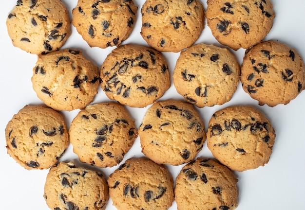 Conjunto de galletas con trozos de chocolate sobre fondo blanco