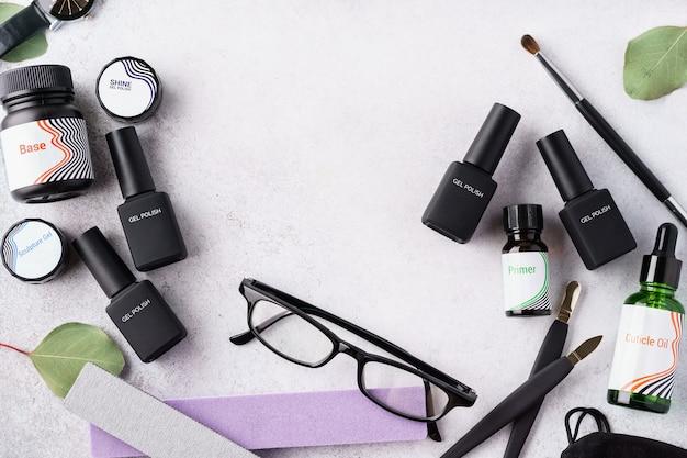 Conjunto de herramientas y accesorios cosméticos para manicura y pedicura: esmaltes en gel, limas de uñas, aceite para cutículas. endecha plana.