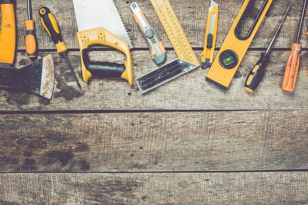 Conjunto de herramientas de carpintería en vista superior de fondo de madera rústica