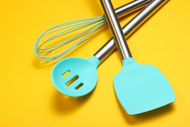Conjunto de herramientas para cocinar. paletas de silicona con asas de metal y batidor.