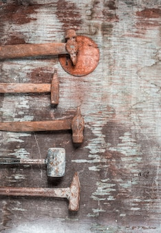 El conjunto de herramientas de construcción en mesa de madera