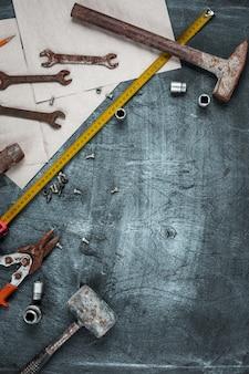 Conjunto de herramientas de construcción en mesa de madera