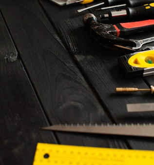 Un conjunto de herramientas dispuestas en semicírculo encima de la mesa de madera con espacio de copia