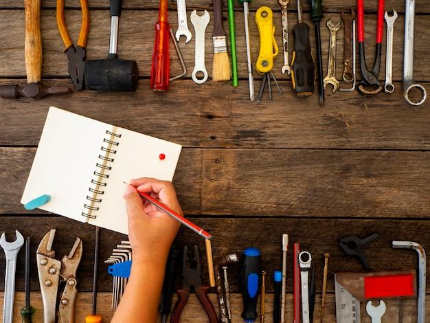 Conjunto de herramientas e instrumentos sobre fondo de madera.