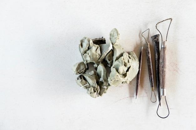 Conjunto de herramientas de escultura. herramientas del arte y del arte en un fondo blanco.