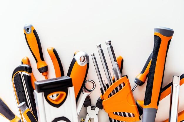 Conjunto de herramientas de garaje en blanco