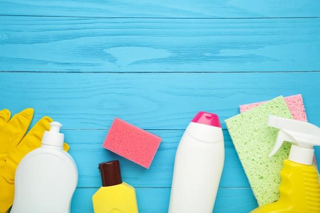 Conjunto de herramientas de limpieza en una pared azul con espacio de copia